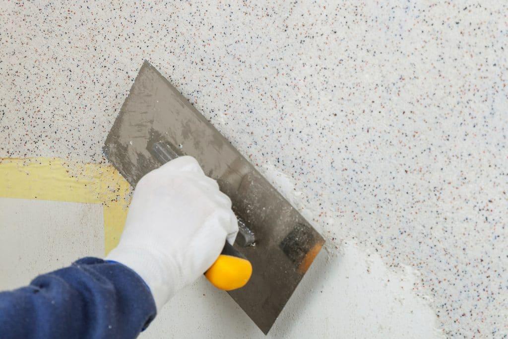 Zelf bepleisteren of het laten aanbrengen van spachtelputz op de muren door een vakman?